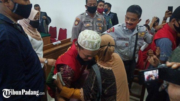 2 Sekuriti Kasus Pembunuhan di Teluk Bayur Divonis Bersalah, Istri Terdakwa Pingsan di Ruang Sidang