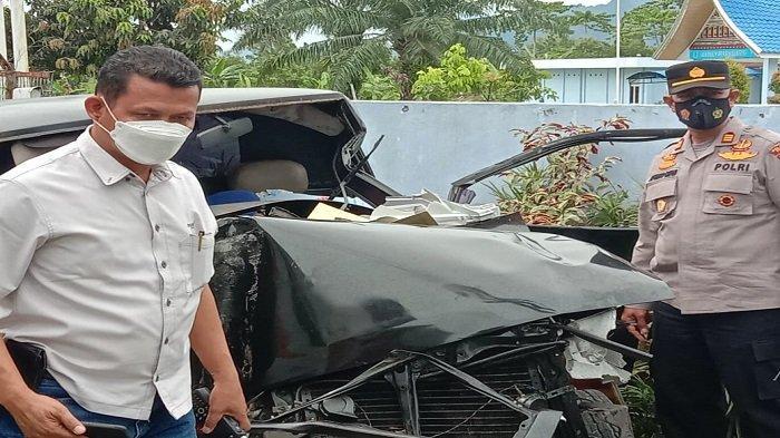 Kapolsek Koto Tangah, AKP Afrino bersama anggotanya saat mendatangi lokasi kecelakaan antara mobil pikap dengan kereta api (KA) di Simpang GIA, Jalan Prof Hamka Kota Padang, Selasa (14/9/2021).