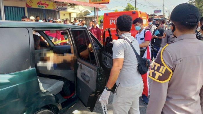 Tim Identifikasi Polresta Padang memeriksa seorang lelaki yang ditemukan tidak bernyawa di dalam Toyota kijang hijau, Sabtu (31/7/2021) di Parupuk Tabing