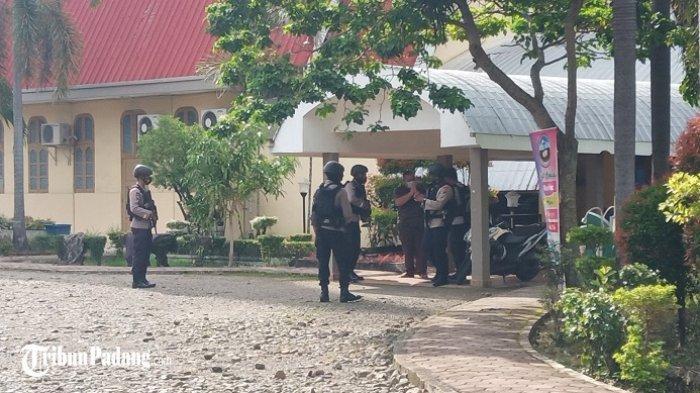 Pascaledakan Bom di Makassar, Sat Brimob Polda Sumbar Datangi Gereja di Padang