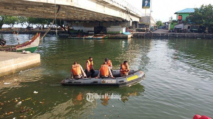 Tim SAR gabungan melanjutkan pencarian remaja hanyut di kawasan Pantai Cimpago, Kecamatan Padang Barat, Kota Padang, Sumbar, Sabtu (11/9/2021).