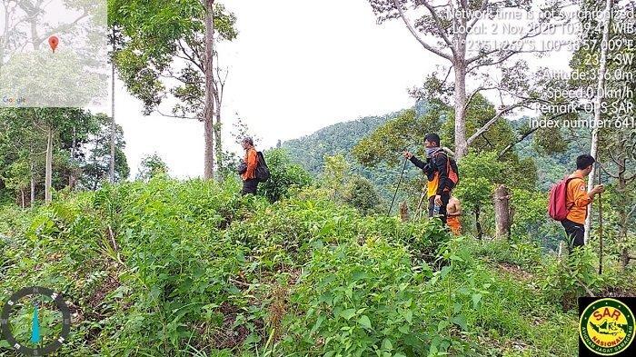 Sejumlah petugas dari Tim gabungan pada saat melakukan pencarian terhadap korban yang hilang di dalam hutam di Kabupaten Pesisir Selatan, Provinsi Sumatera Barat (Sumbar), Senin (2/11/2020).