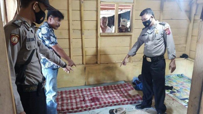 Sejumlah anggota polisi saat berada di tempat kejadian perkara (TKP) insiden penusukan terhadap rekan kerja di Kabupaten Padang Pariaman, Sumatera Barat, Minggu (16/5/2021).