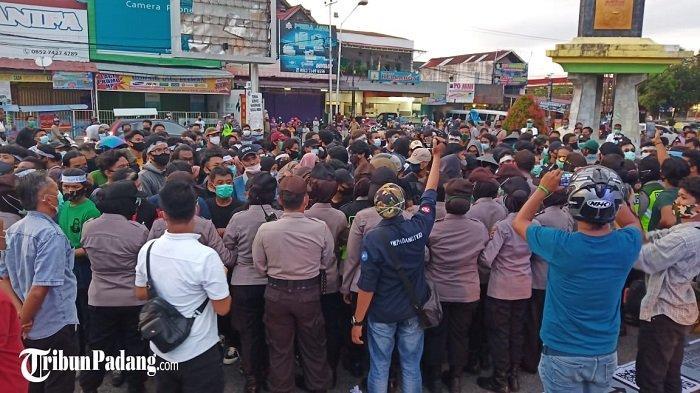 Demo UU Cipta Kerja di Padang Berlanjut, Polisi Bubarkan Massa dan Sempat Terjadi Cekcok