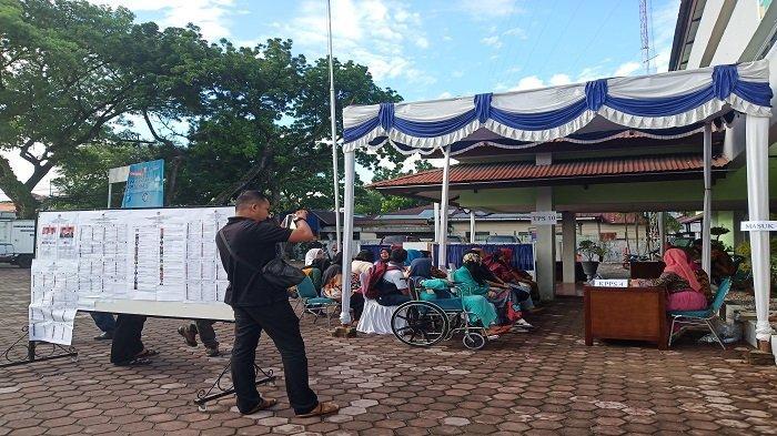 KPU Padang Nilai TPS 10 Kelurahan Jati Baru, Lambat Dalam Proses Pencoblosan, Warga Sempat Menunggu