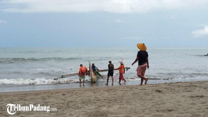 Tali Pukek Putus, Nelayan di Pantai Purus Padang Nekat Berenang ke Tengah Laut