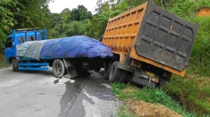 Truk yang diduga tidak mampu melintas di ruas jalan yang merupakan tanjakan, mendadak kemudian mundur. Akibat peristiwa tersebut sempat mengganggu arus lalu lintas dan kepadatan jalan di kawasan Panorama II, Kecamatan Lubuk Kilangan, Kota Padang, Sumatera Barat (Sumbar), Sabtu (16/1/2021).