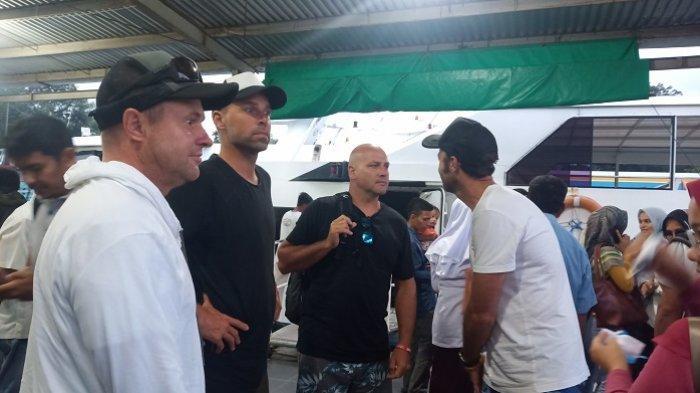 Bawa Turis Asing ke Mentawai, Kapal Mentawai Fast Disemprot Desinfektan untuk Antisipasi Corona