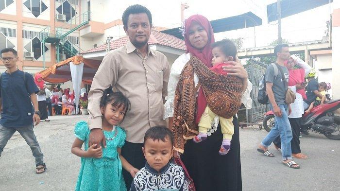 KISAH Dina Mariani Tetap Semangat Ikut Ujian CPNS di Padang, Giliran Suami Jaga Anak-anak
