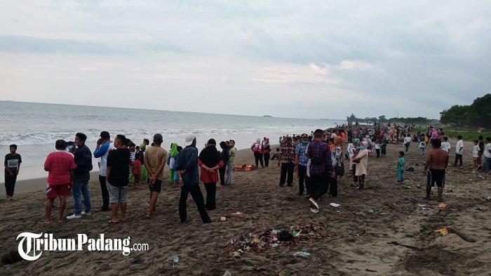 Masyarakat ramai di lokasi seorang anak dilaporkan hanyut di Pantai Lolong belakang Taman Makam Pahlawan (TMP), Kelurahan Ulak Karang Kecamatan Padang Barat, Kota Padang, Provinsi Sumbar, Jumat (5/3/2021).