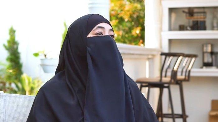 Tak Berniat Buka Aib Almarhum Uje, Umi Pipik Beberkan Alasannya Ungkap Poligami Sang Suami