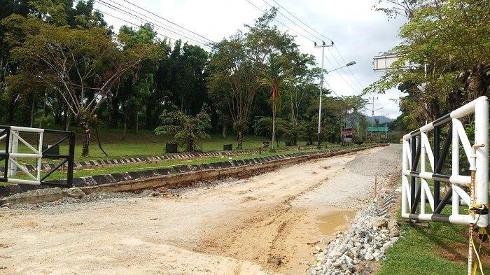 Kondisi perbaikan ruas jalan menuju lingkungan kampus Universitas Andalas (Unand) Limau Manis, Kecamatan Pauh, Provinsi Sumbar yang telah dimulai beberapa waktu lalu.