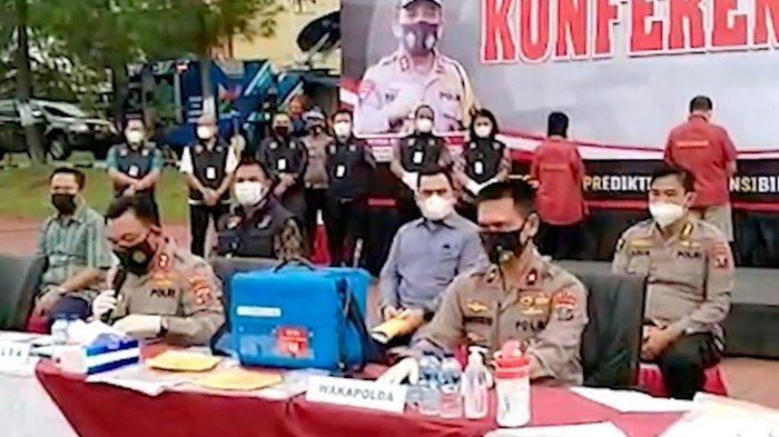Kepolisian Daerah Sumatera Utara mengamankan tiga oknum ASN dan seorang agen properti dalam kasus penjualan vaksin ilegal, Jumat (21/5/2021).