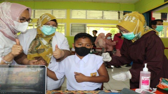 Seorang siswa SMP 1 Batang Anai mengikuti vaksinasi massal khusus pelajar SMP dan SMA di Sumatera Barat (Sumbar) usia 12 tahun ke atas, Rabu (14/7/2021). Vaksinasi kali diselenggarakan oleh Badan Intelejen Nasional Daerah Sumbar.