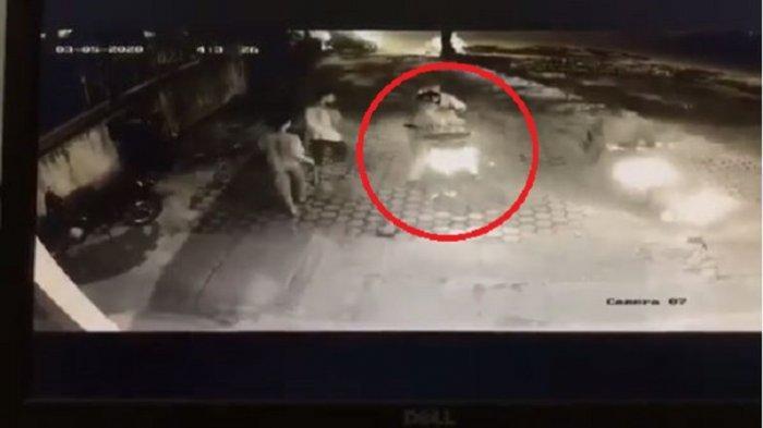 VIRAL Video Percobaan Begal di Simpang Presiden Padang, Korban Dihampiri Gerombolan Pria Bermotor