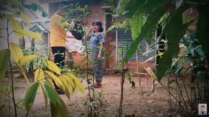 VIRAL Video Prank Youtuber Bagi Daging Isinya Sampah ke Emak-emak, Korban: Kurang Ajar Ya Kamu!