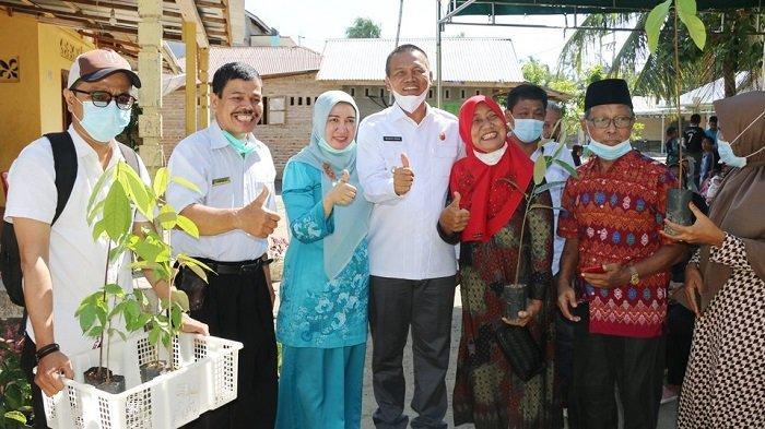 Wako Pariaman Genius Umar Serahkan Bantuan Bibit Tanaman untuk Masyarakat Desa Tanjung Sabar