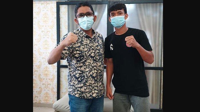 Wali Kota Padang Hendri Septa melepas Jerimy Arianto (18) mengikuti Pemusatan Latihan Tim Nasional (Pelatnas) dalam persiapan Timnas menapaki Piala Dunia U-20 2023 mendatang.