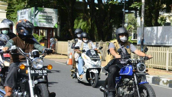Wali Kota Padang Hendri Septa menggunakan sepeda motor meninjau pelaksanaan BBGRM.