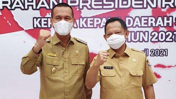 Wali Kota Pariaman Genius Umar (kiri) berfoto bersama Mendagri Tito Karnavian (kanan) seusai rapat koordinasi nasional bersama Presiden RI di Kantor Kemendagri, Rabu (28/4/2021)