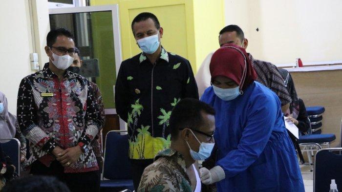 Tinjau Langsung Vaksinasi Covid-19 ASN & Warga, Wali Kota Pariaman Genius Umar: Kita Yakinkan Mereka