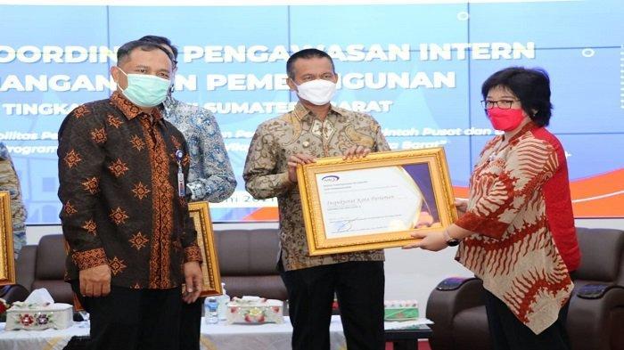 Wako Pariaman Genius Umar Terima Penghargaan Dalam Pencapaian Kapabilitas APIP Level 3 dari BPKP RI