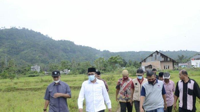 Walikota Padang Hendri Septa menuju rumah warga yang mendapatkan manfaat program Semalam di Palanta (Semata), inovasi Wali Kota dengan melakukan program bedah rumah tak layak huni bagi warga kurang mampu.