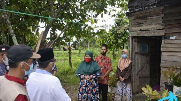 Walikota Padang Hendri Septa saat menjemput Eri Mairoza, sorang warga dhuafa yang rumahnya akan dibedah