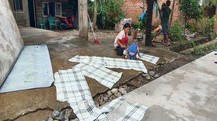 Pasca Banjir Warga Maransi Air Pacah Kota Padang Bersihkan Rumah, Cuci Karpet hingga Jemur Kasur
