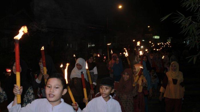 Pawai Obor di Kelurahan Gunung Sarik Padang, Peserta Bawa Perkusi yang Terbuat dari Barang Bekas