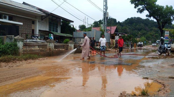 Warga Jondul Rawang Mulai Bersihkan Sisa Banjir, Kedalaman Lumpur Capai 10 Cm & Masuki Kantor Lurah