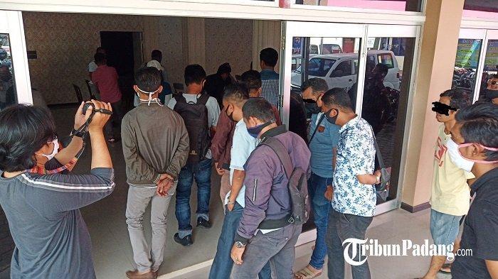 Polisi Giring 24 Pria ke Kantor Polresta Padang, Kedapatan Main Kartu Koa dan Minum di Warung