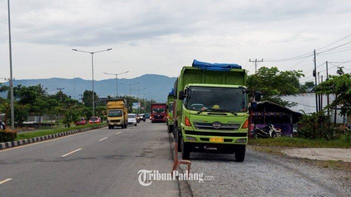 Antrean truk di kawasan By Pass Air Pacah, Kecamatan Koto Tangah, Kota Padang, Sumatera Barat (Sumba), Rabu (16/6/2021). Warga terpaksa meletakkan kursi di depan warung mereka agar tidak tertutpi truk yang antre
