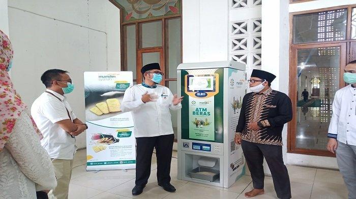 Ada ATM Beras di Masjid Nurul Iman Padang, Tersedia Beras Gratis untuk Dhuafa