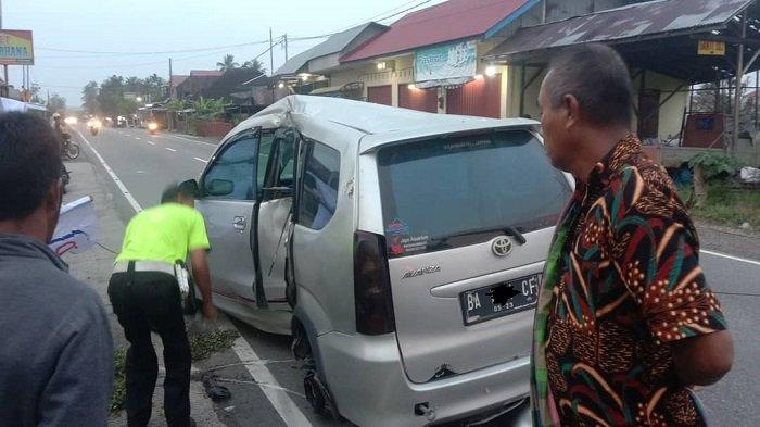 Diduga Sopir Mengantuk, Dua Mini Bus Tabrakan di Simpang Sungai Asam Sicincin Padang Pariaman