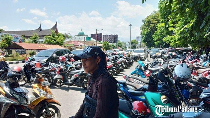 Yasmin Wanita Tangguh di Padang, Atlet Peraih Medali yang Kini jadi Tukang Parkir Demi Anak
