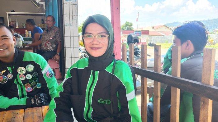 Kisah Yessi, Driver Ojol Wanita di Padang, Pernah Diboncengi Penumpang hingga Minta Nomor Kontak