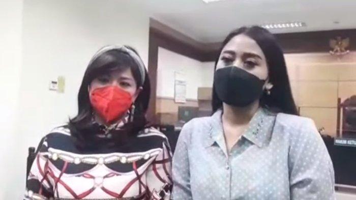 Yuyun Sukawati didampingi kuasa hukumnya, Lissa V, hadir dalam sidang perdana Fajar Umbara di Pengadilan Negeri Tangerang, Senin (5/7/2021).