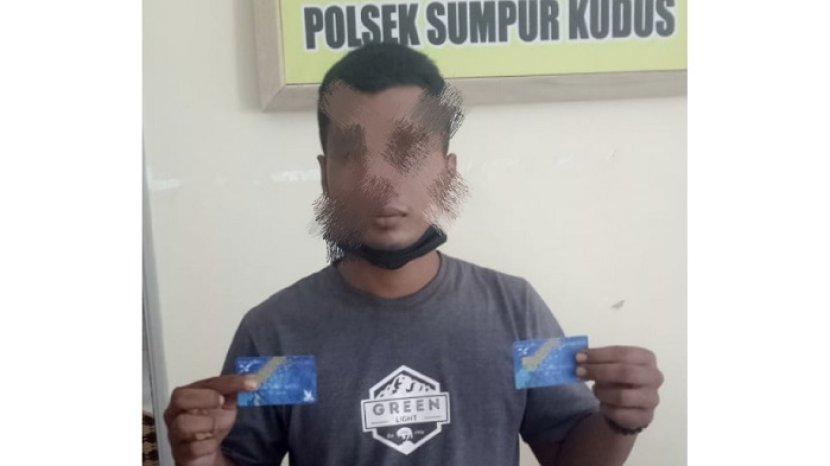 pelaku-pencurian-uang-di-rekening-bank-di-dharmasraya-saat-diamankan-polisi.jpg