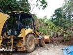 alat-berat-membersihkan-material-longsor-di-jalan-padang-painan-via-sungai-pisang.jpg
