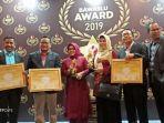 anggota-bawaslu-sumbar-menerima-penghargaan-pada-bawaslu-award-2019.jpg