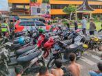 balap-liar-puluhan-remaja-dan-sepeda-motor-diamankan-di-mapolresta-padang-kamis-1542021.jpg