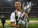 cristiano-ronaldo-berpose-dengan-trofi-juara-piala-super-italia.jpg