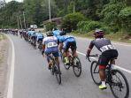 etape-v-tour-de-singkarak-tds-2019-pembalap-lintasi-objek-wisata-ngalau.jpg