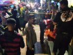 evakuasi-mayat-perempuan-di-halte-angkot-di-bukittinggi.jpg