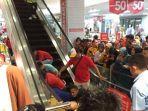 evakuasi-tangan-korban-terjepit-di-eskalataor-dengan-membuka-paksa-eskalator-di-plaza-andalas.jpg