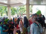 foto-suasana-demo-orang-tua-murid-datangi-dprd-padang-protes-sistem-jalur-zonasi-ppdb-smp.jpg
