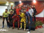 foto-tim-semen-padang-fc-bersama-tim-pelatih-dan-gubernur-sumatera-barat-kamis-1232020.jpg