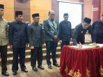 gubernur-sumbar-irwan-prayitno-menandatangani-pengesahan-apbd.jpg