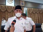gubernur-sumbar-mahyeldi-saat-diwawancarai-wartawan-rabu-772021.jpg